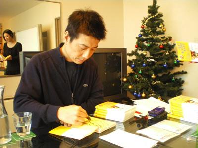 サイン中の中谷さん.jpg