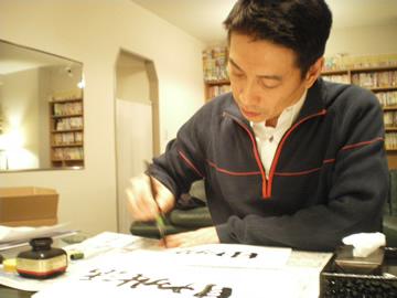 何枚も書く中谷さん.jpg